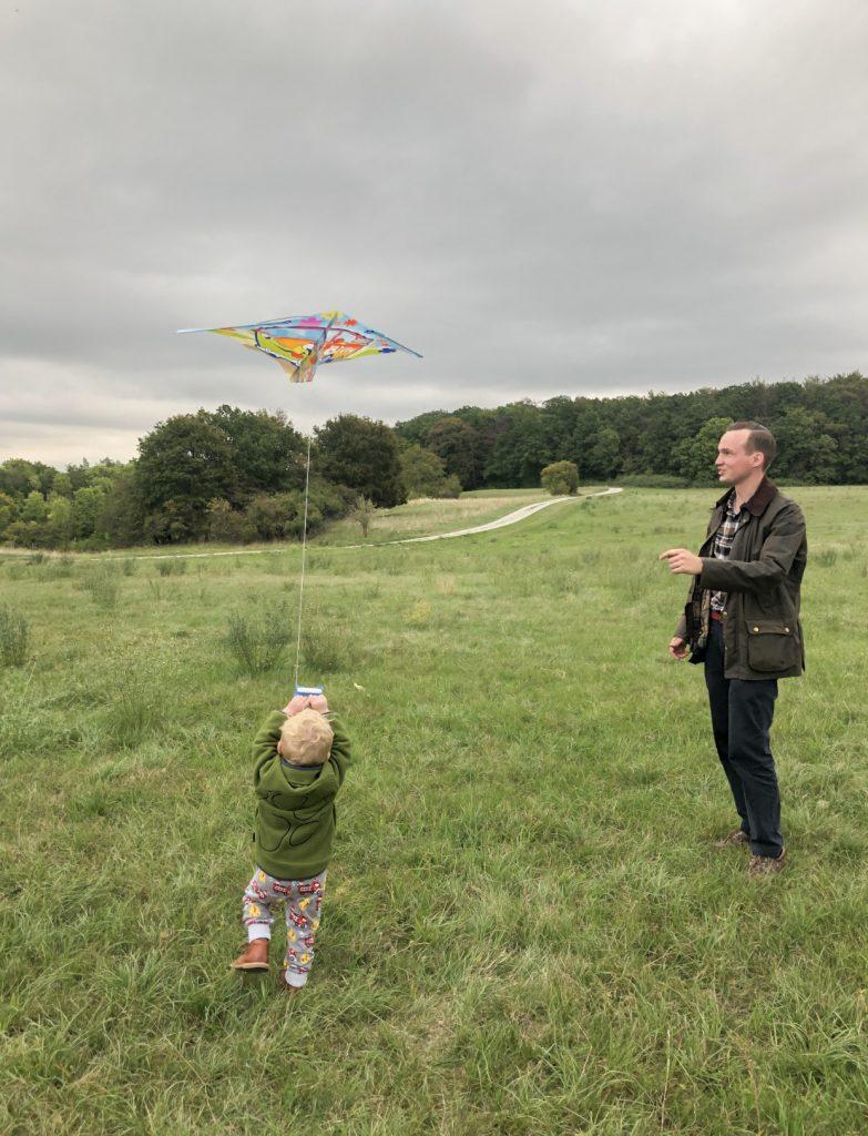 Drachensteigen mit Kind